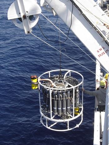 nave RV Urania: campionatore e sonda Ctd (conducilibilità-temperatura-profondità) mentre stanno per essere calati in mare dalla nave oceanografica Urania.